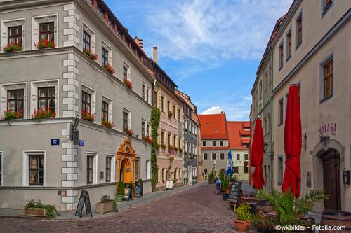 Es gibt viele Cafés direkt in Pirnas Innenstadt umgeben von wunderschönen Immobilien