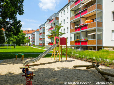 Neubausiedlung in Dresden Gorbitz mit Rutsche und Spielplatz im Innenhof.