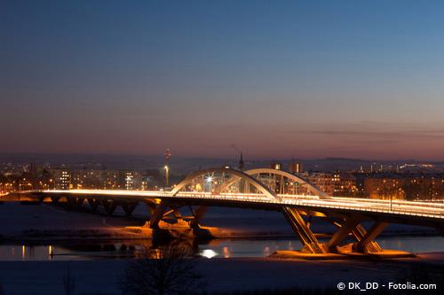 Waldschlösschenbrücke bei Nacht mit den atttaktiven Mietwohnungen von Dresden-Johannstadt im Hintergrund.